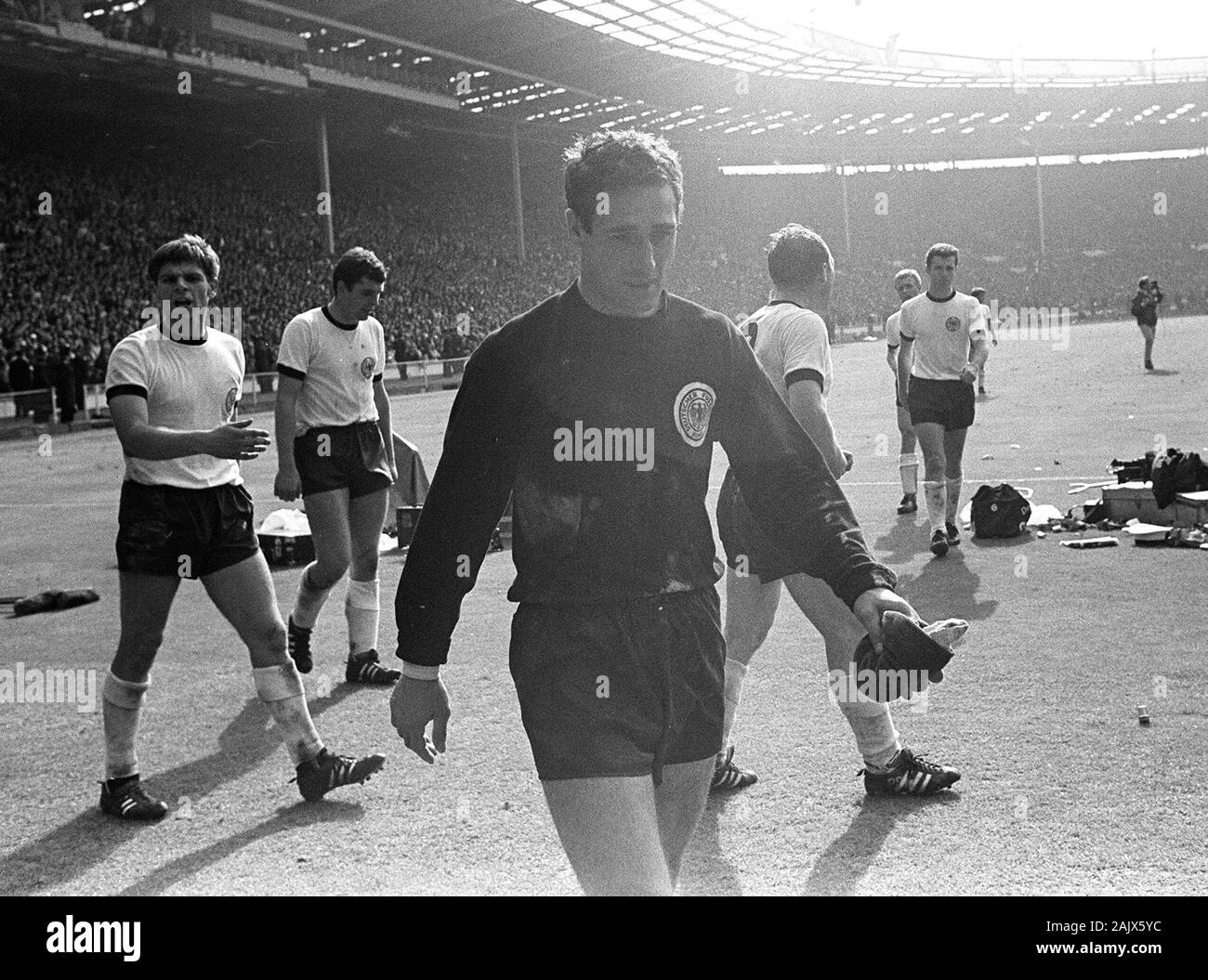 London, Deutschland. 06th Jan, 2020. goalkeeping legend Hans TILKOWSKI passed away at the age of 84, archive photo; Final game of the 1966 World Cup in London's Wembley Stadium England - Federal Republic of Germany 4: 3, the German players leave the field, front goalwart Hans TILKOWSKI, landscape format, SW recording, July 30, 1966. | usage worldwide Credit: dpa/Alamy Live News Stock Photo