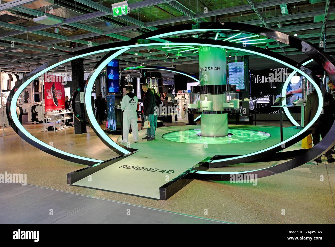 Poderoso portátil a pesar de  Adidas store interior with worker and customers in Oxford Street London  England UK KATHY DEWITT Stock Photo - Alamy