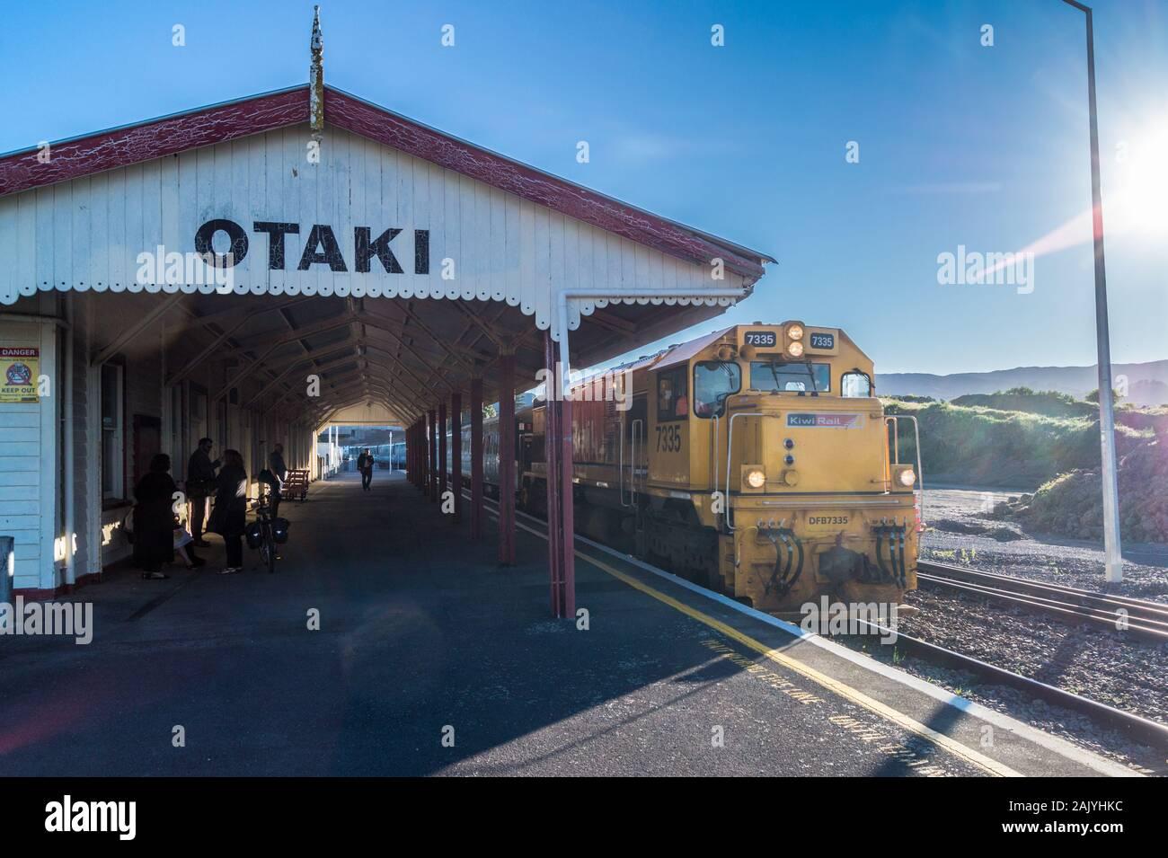 DF class locomotive no. 7213, Capital Connection long-distance commuter train at Ōtaki station, North Island, New Zealand Stock Photo