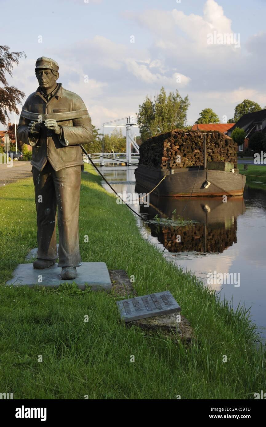 Papenburg: Von-Velen-Anlage, Torftransport ueber den Kanal, Osnabruecker Land | usage worldwide Stock Photo