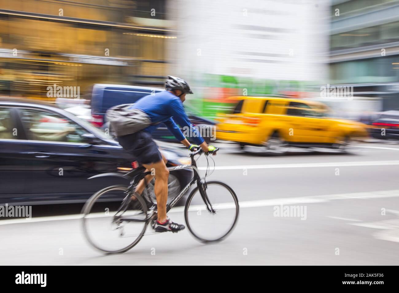 Stadtbezirk Manhattan: Fahrradkurier auf der 5th Ave, New York   usage worldwide Stock Photo