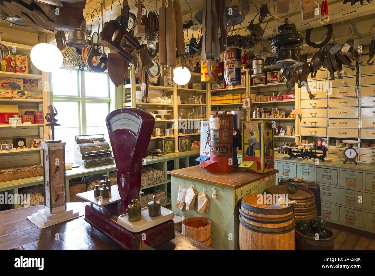 Lofoten: traditioneller Dorfladen in einem alten Lagerhaus in Svolvaer, Hurtigruten | usage worldwide Stock Photo