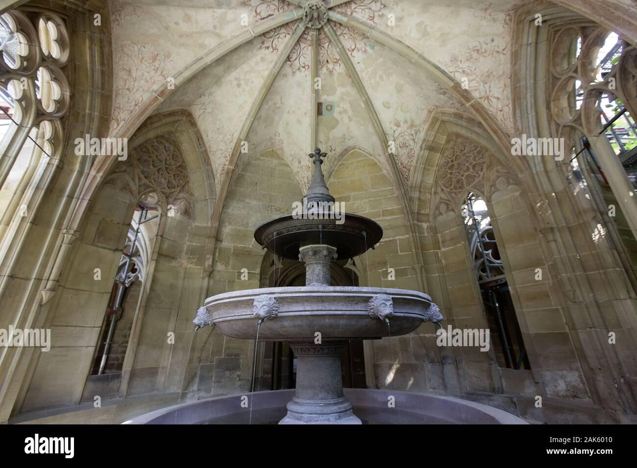 Kloster Maulbronn: Dreischaliger Brunnen im Brunnenhaus, Schwarzwald Norden | usage worldwide Stock Photo