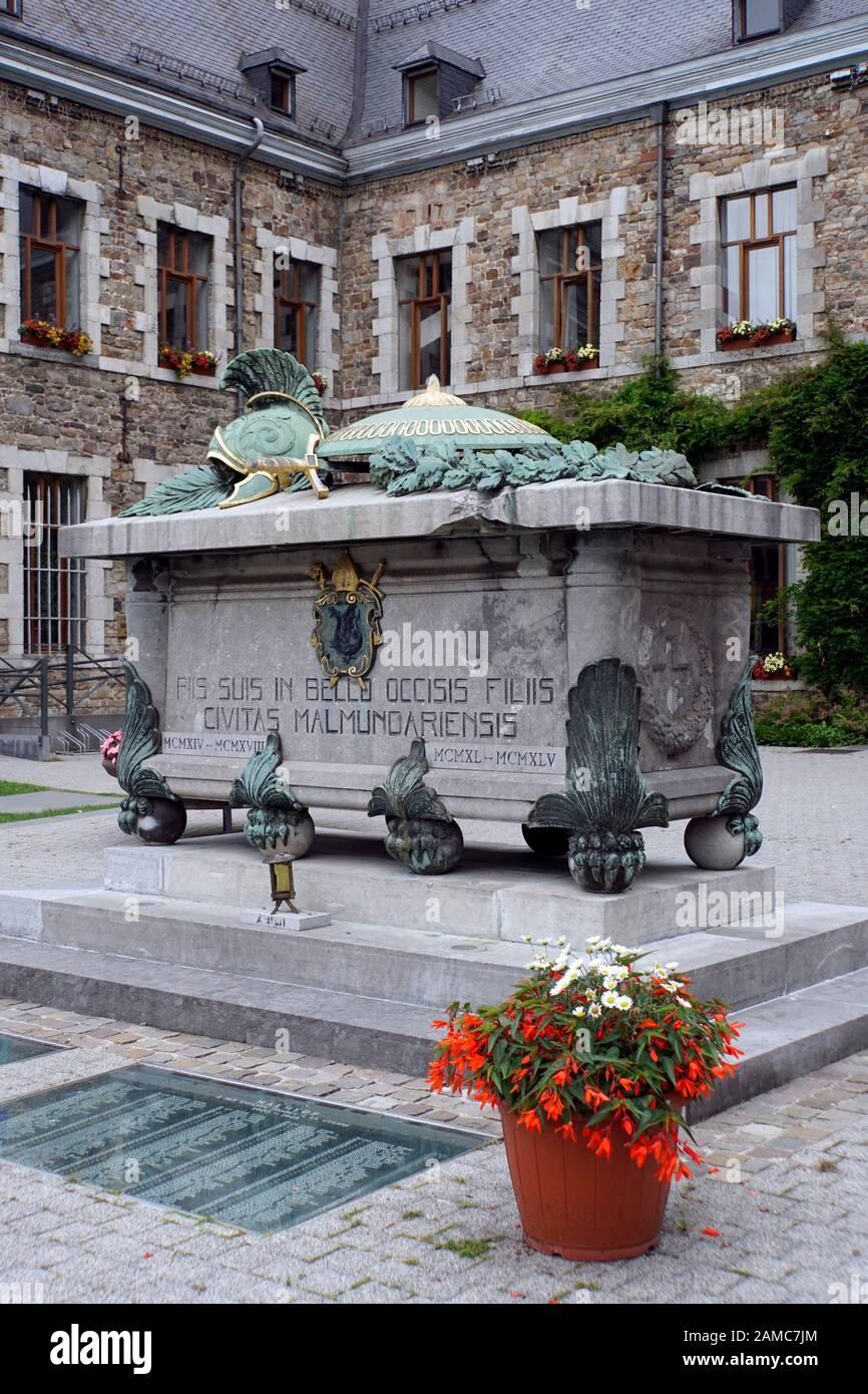 Denkmal für gefallene Soldaten der Weltkriege vor der ehemaligen Benediktiner-Abtei, Malmedy, Provinz Lüttich, Belgien Stock Photo