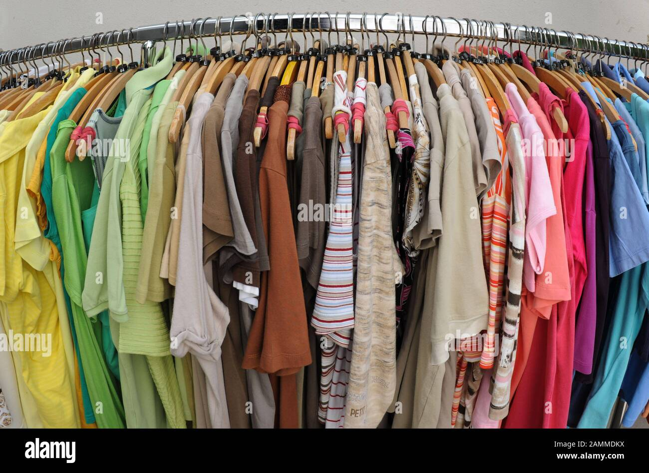 """Articles of clothing in the """"Kleidsam"""" boutique of the Diakonia in Munich's Blutenburgstraße 65, where jobs for women are created through the sale of second-hand clothes. [automated translation] Stock Photo"""