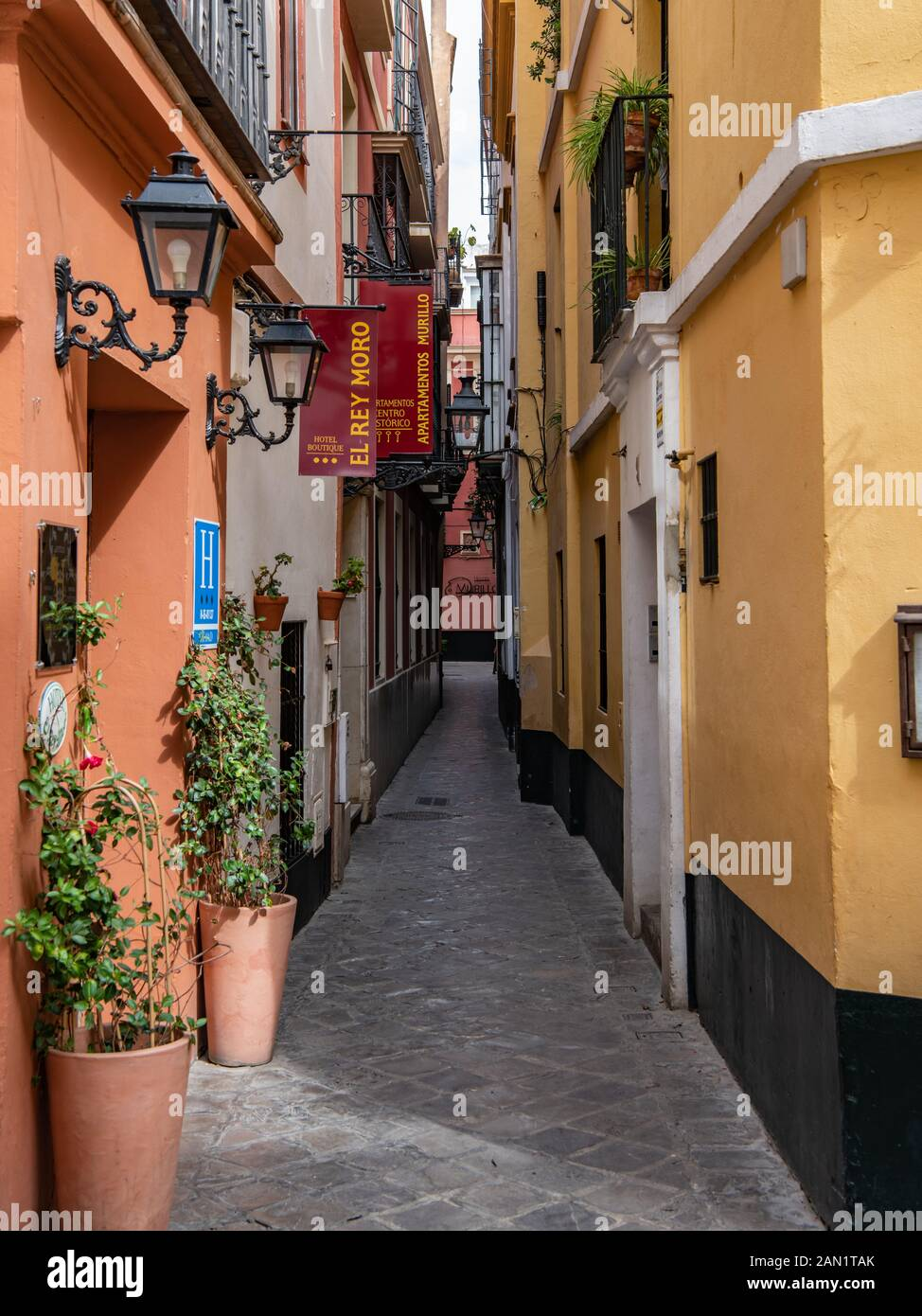 The narrow Calle Reinoso in Seville's old Jewish Quarter, a maze of narrow, streets, lanes and alleyways in the Barrio de Santa Cruz. Stock Photo