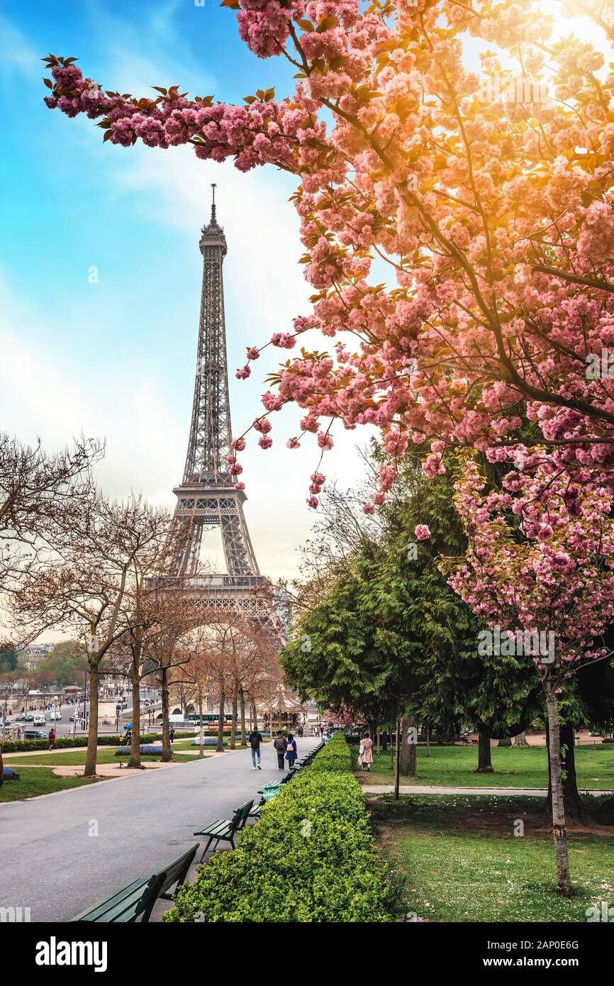 Small Paris Street In Spring With View On The Famous Eiffel Tower In Paris France Stock Photo Alamy