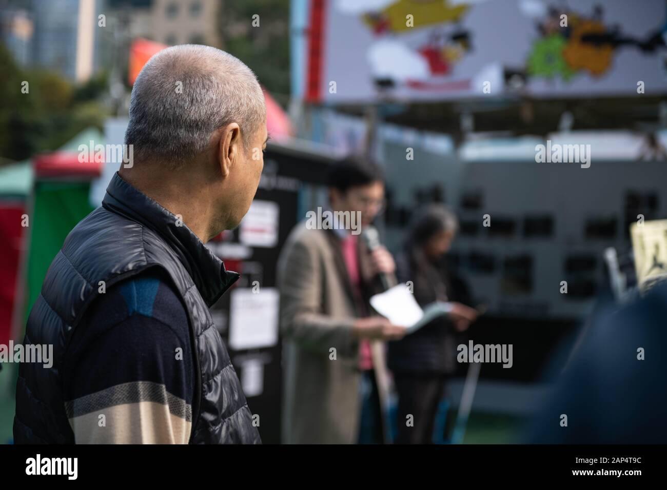January 20, 2020, Hong Kong, Hong Kong, China: A man listens to Clayton Ng speak from a stall at the Hong Kong Lunar New Years Festival at Victoria Park on 1/20/2020 (Credit Image: © Tyler Tomasello/ZUMA Wire) Stock Photo