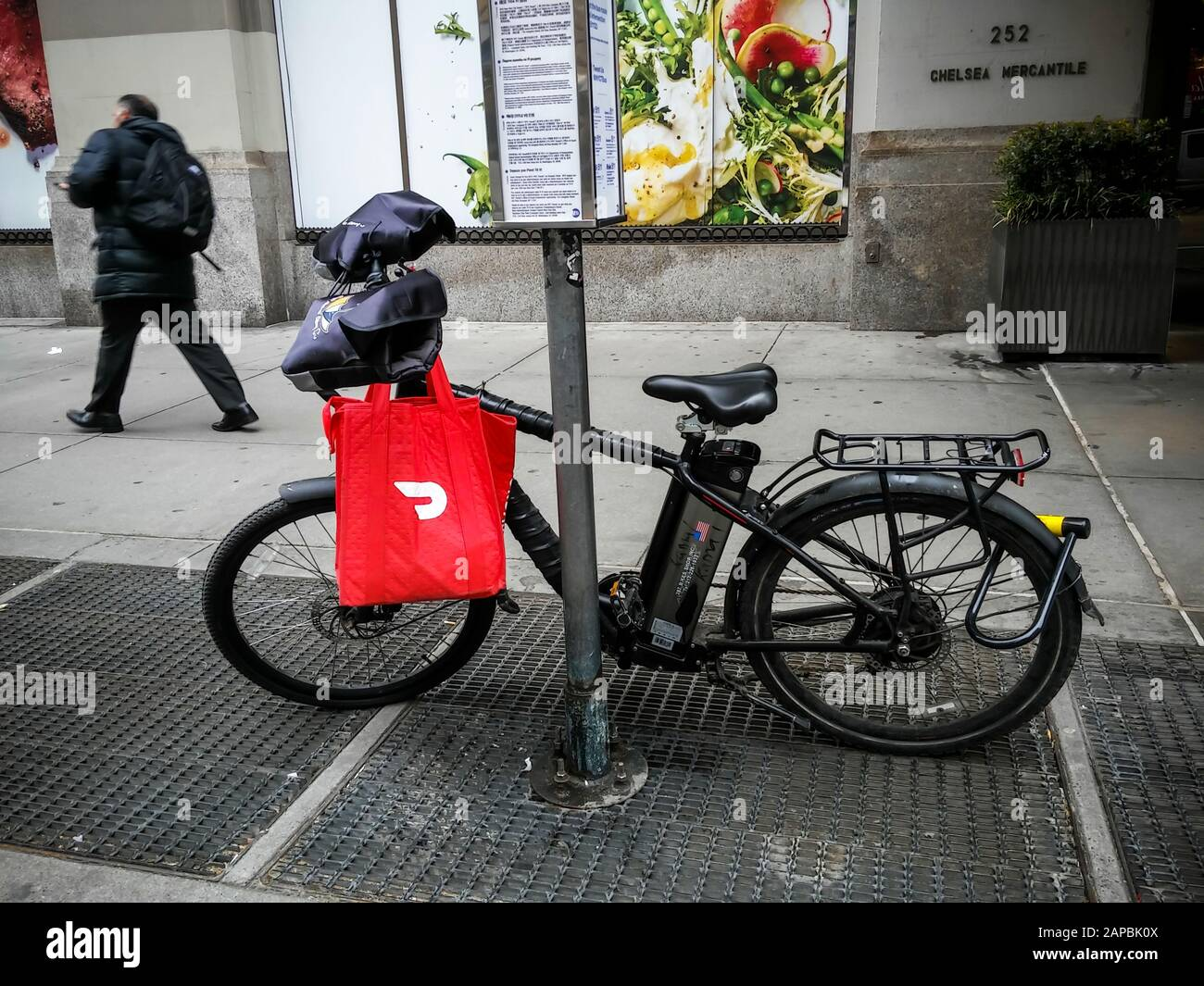 A delivery person's bicycle with a DoorDash branded tote in the Chelsea neighborhood of New York on Friday, January 10, 2020. (© Richard B. Levine) Stock Photo