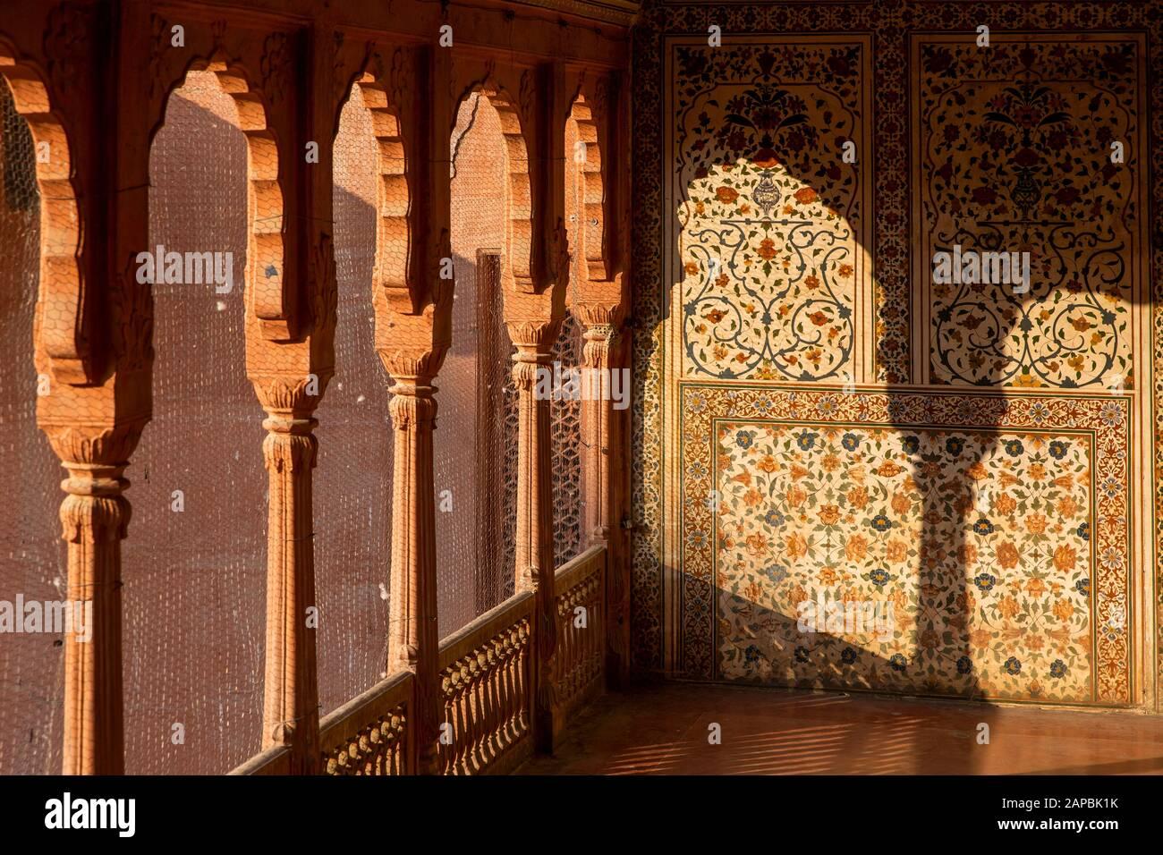 India, Rajasthan, Shekhawati, Bikaner, city centre, Junagarh Fort, light though pillars onto painted walls to look like pieta dura stone inlay above A Stock Photo