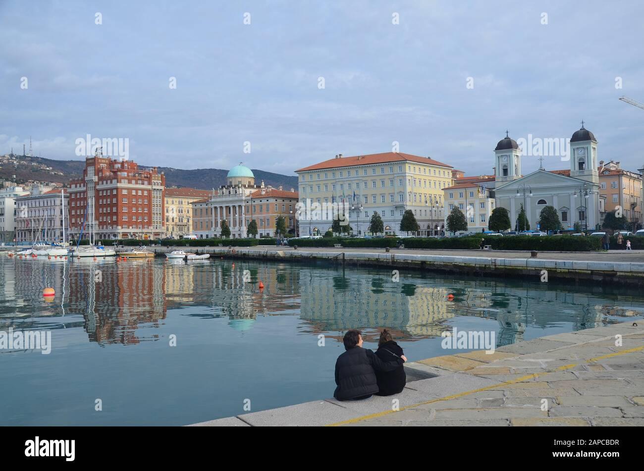 Trieste, Italien: Hafenstadt an der Adria: Am Hafen, mit griechisch-orthodoxer Kirche Stock Photo