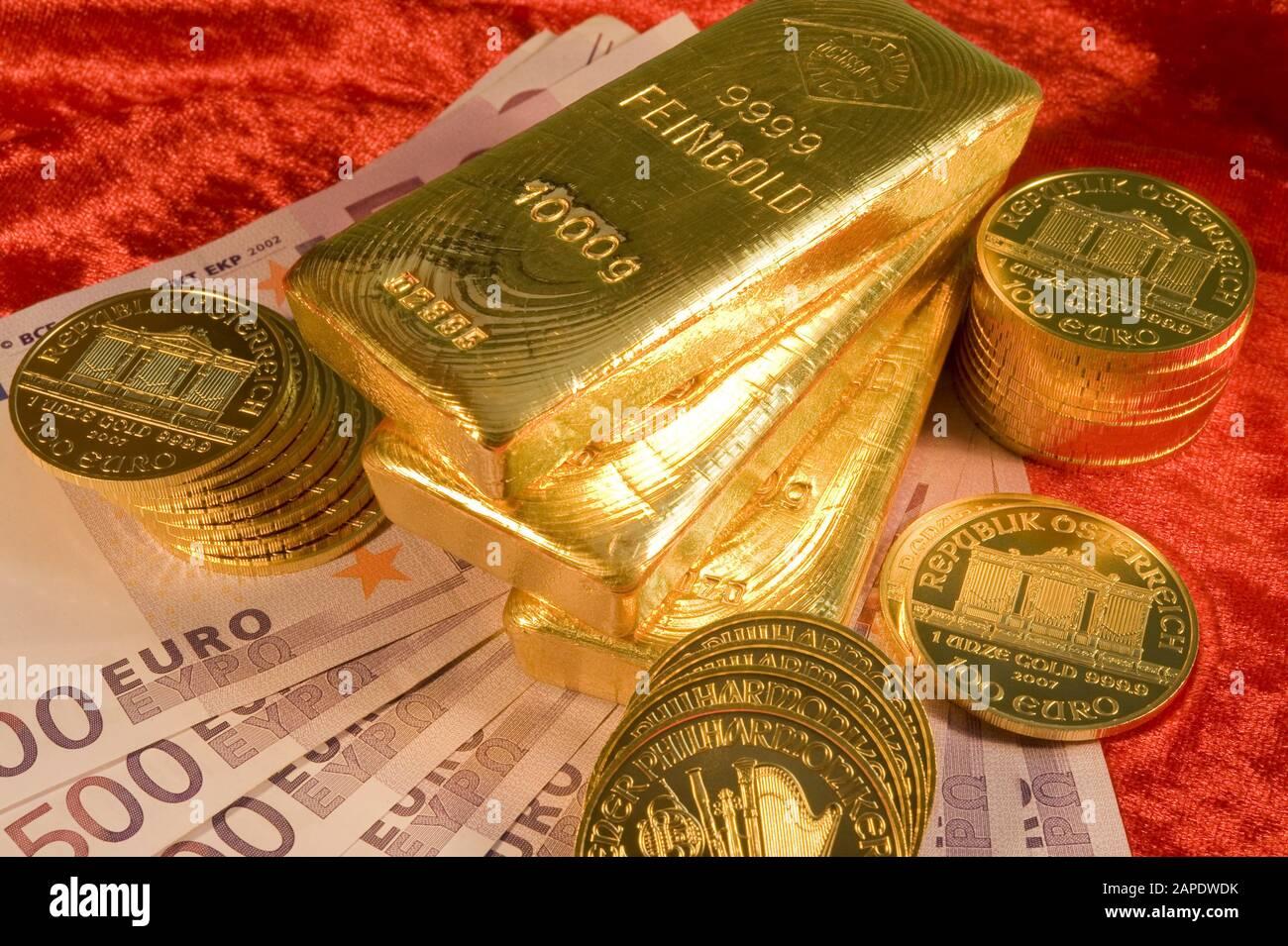 Gold und 500-Euro-Scheine - Gold and Euro Banknotes Stock Photo