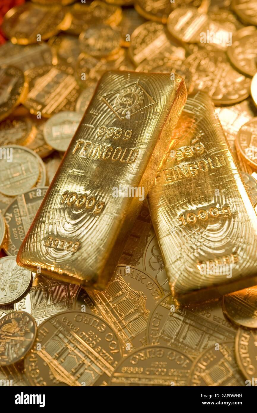 Zwei Goldbarren auf Münzen - two Gold Bars on Gold Coins Stock Photo