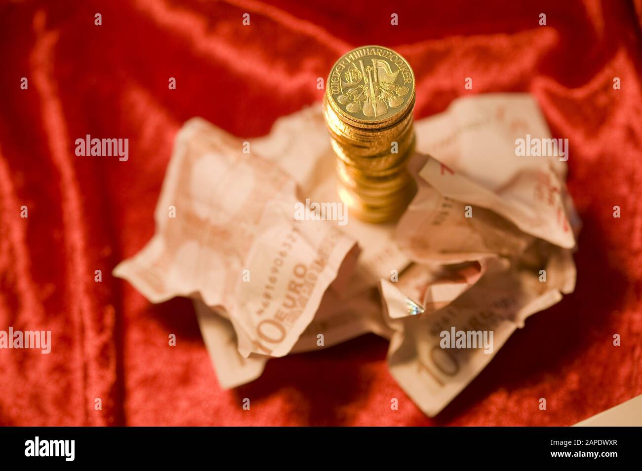 Gold und Papiergeld - Gold Coins and Euro Banknotes Stock Photo