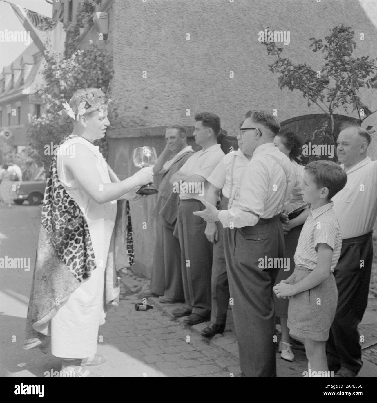 Moselle: Costume and Wine Festival Description: Bacchus with a Moselle glass with wine at spectators of the parade Date: 4 July 1959 Location: Germany, Kröv, Rhineland-Palatinate, West Germany Keywords: costumes, parades, public, folk festivals, wine Stock Photo