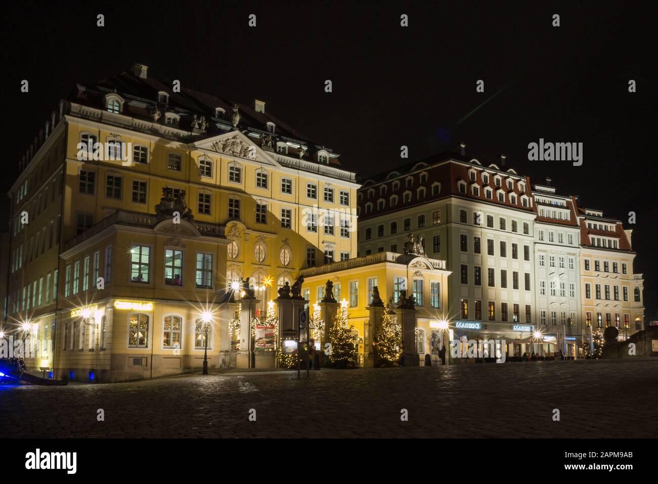 Coselpalais neben der Frauenkirche bei Nacht mit schöner Beleuchtung und angrenzende rekonstruierte Gebäude im barocken Stil am dresdner Neumarkt Stock Photo