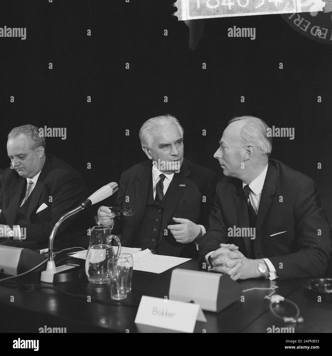 Extraordinary general meeting of the Dutch-German Chamber of Commerce on the occasion of the sixtieth anniversary  German Minister of Economy and Technology Kurt Schmückler (l.) and Professor Gelissen Date: 18 November 1965 Keywords: international relations, anniversaries, meetings Personal name: Gelissen, Henri Caspar Joseph Hubert, Schmückler, Kurt Institutional name: Chamber of Commerce Stock Photo