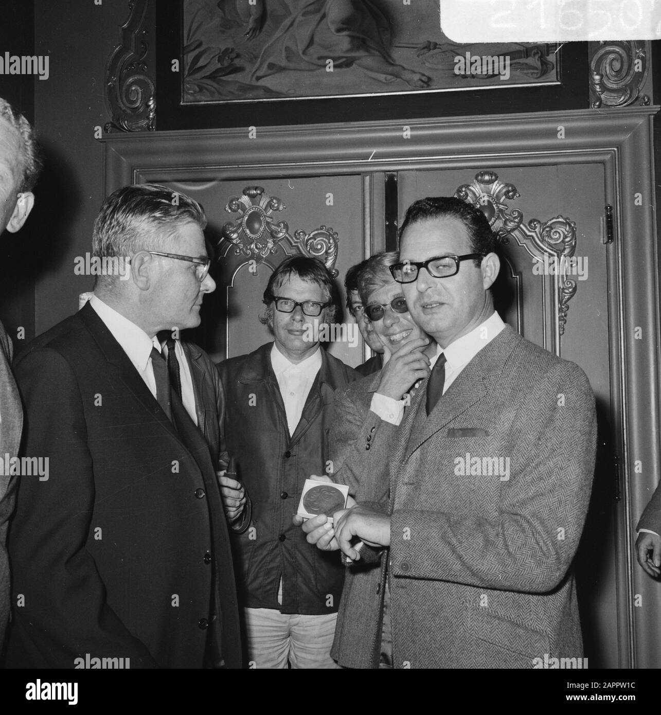 Award of the Criticism Prize to theatre group Center  Vlnr. A. Deering (Chairman Circle van Toneelcriteri, Carel Alphenaar (2nd dramaturg), W. Kous (director), Egbert van Paridon (director of the Centre) Date: 4 September 1968 Keywords: directors, group portraits, awards, directors, chairmen Personal name: Alphenaar, Carel, Deering, A., Kous, Walter, Paridon, Egbert van Stock Photo