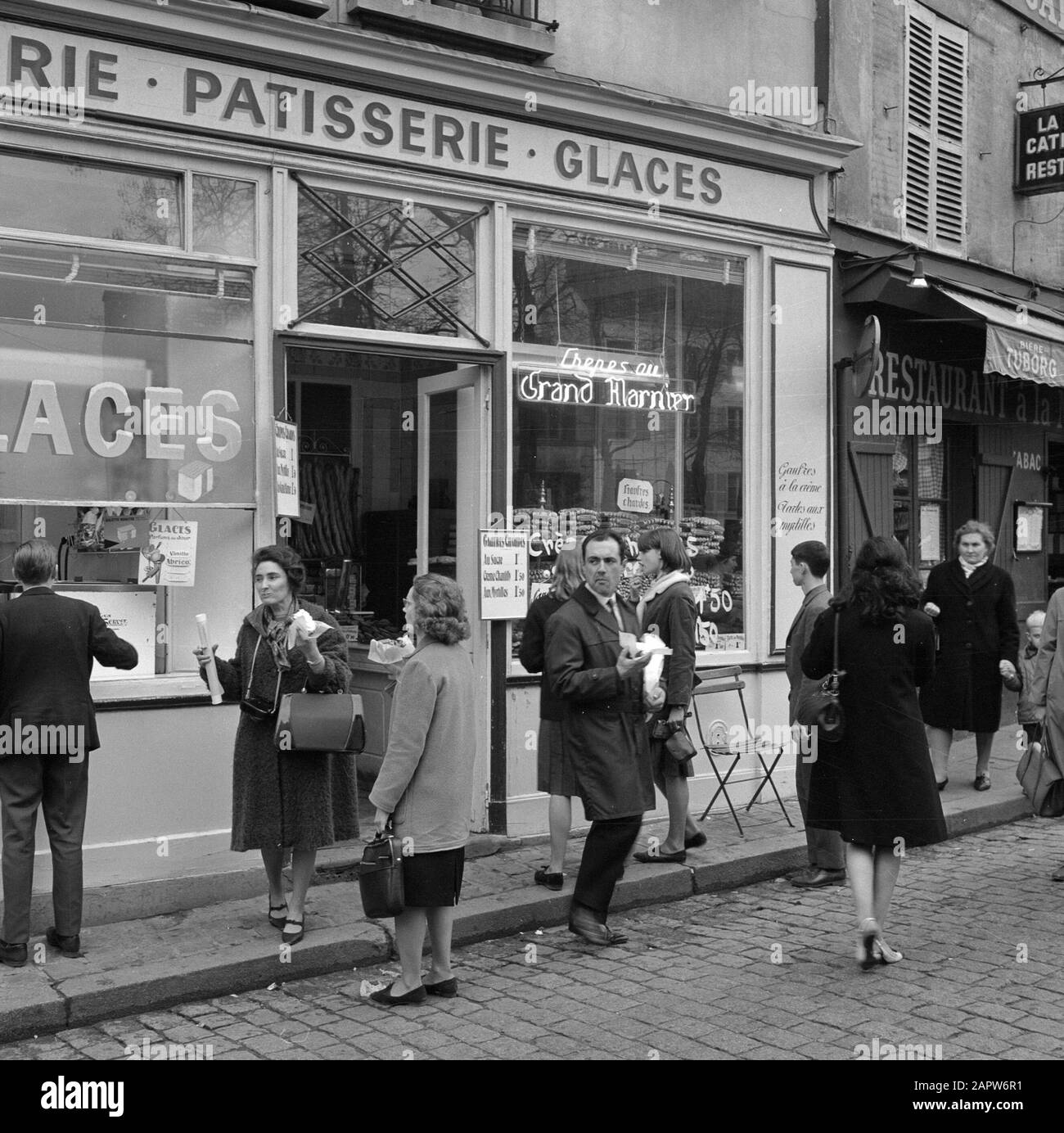 Pariser Bilder Paris Street Life Customers On The Sidewalk In Front Of A Pastry Shop Date 1965 Location France Paris Keywords Confectioners Pastries Street Statues Shops Stock Photo Alamy