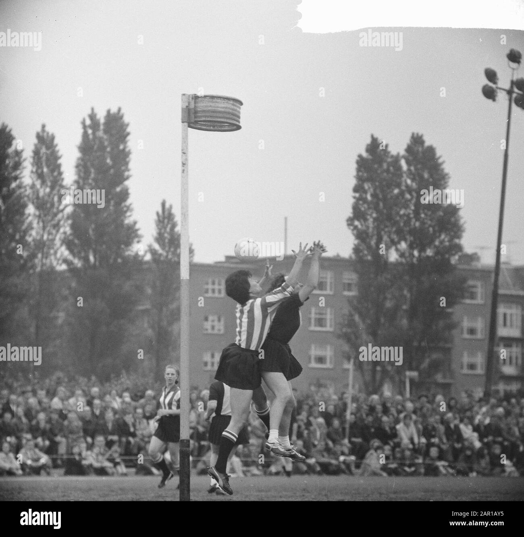 Korfbal Luto versus Rhoda, Game Moment Date: June 12, 1965 Keywords: KORFBAL Institution Name: Luto, Rohda Amsterdam Stock Photo