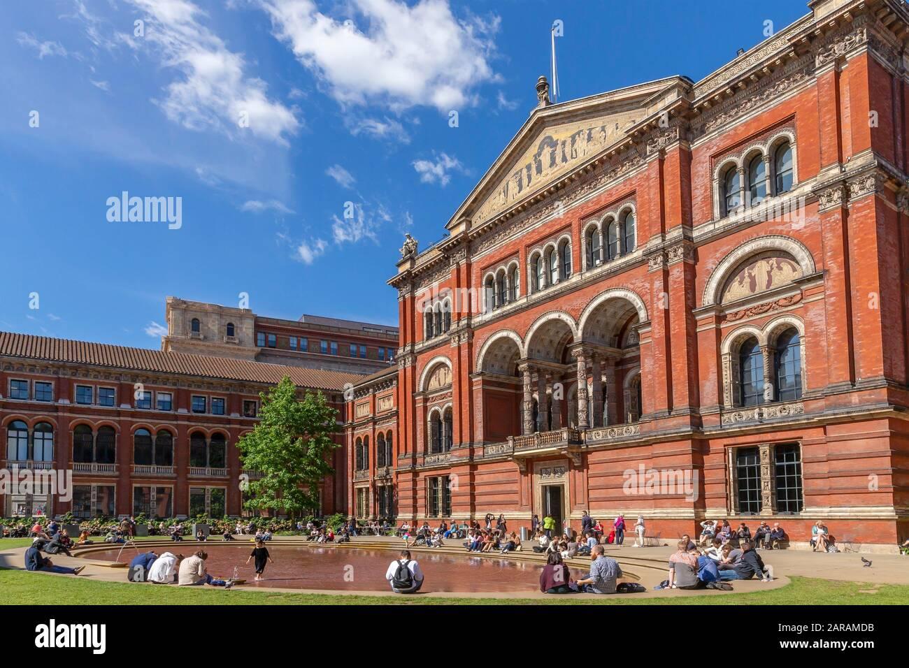 Tourists and visitors enjoy the John Madejski Garden, summer sunshine,  Victoria and Albert Museum, South Kensington, London,  England, UK, Europe Stock Photo
