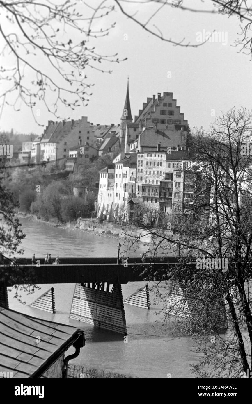 Spaziergang entlang des Steilhangs Wasserburg am Inn gegenüberliegend mit Blick auf die Altstadt und die Rote Brücke, 1957. A walk along the steep slope facing Wasserburg on Inn's historic city center and with view of the Red Bridge, 1957. Stock Photo