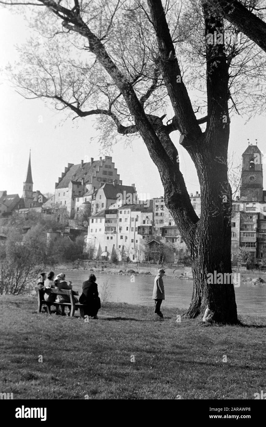 Spaziergang entlang des Steilhangs Wasserburg am Inn gegenüberliegend mit Blick auf die Altstadt, 1957. A walk along the steep slope facing Wasserburg on Inn's historic city center, 1957. Stock Photo