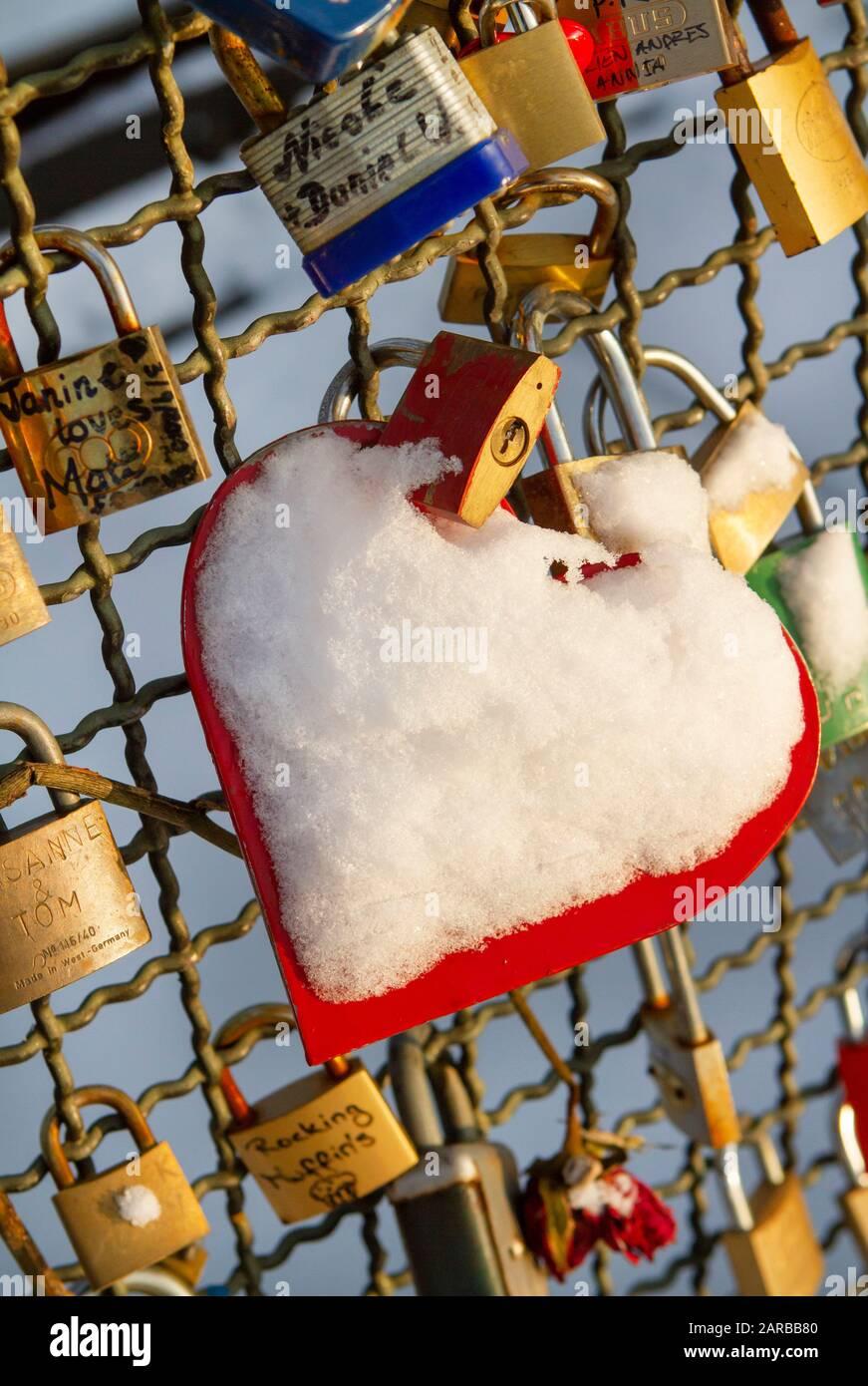 Love locks on the Hohenzollern bridge in Cologne | Liebesschloesser auf der Hohenzollern BrŸcke in Kšln | Stock Photo