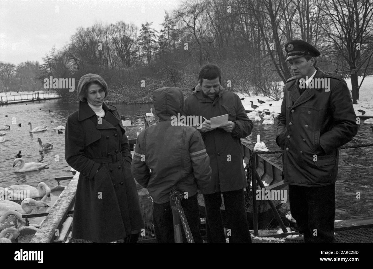 """Der Schwanenvater Harald Niess (links) kümmert sich um die Alsterschwäne in Hamburg, Deutschland 1970er Jahre. Stockman Harald Niess (left), called """"Schwanenvater"""" feeding and taking care for the swans of Alster in Hamburg, Germany 1970s. Stock Photo"""