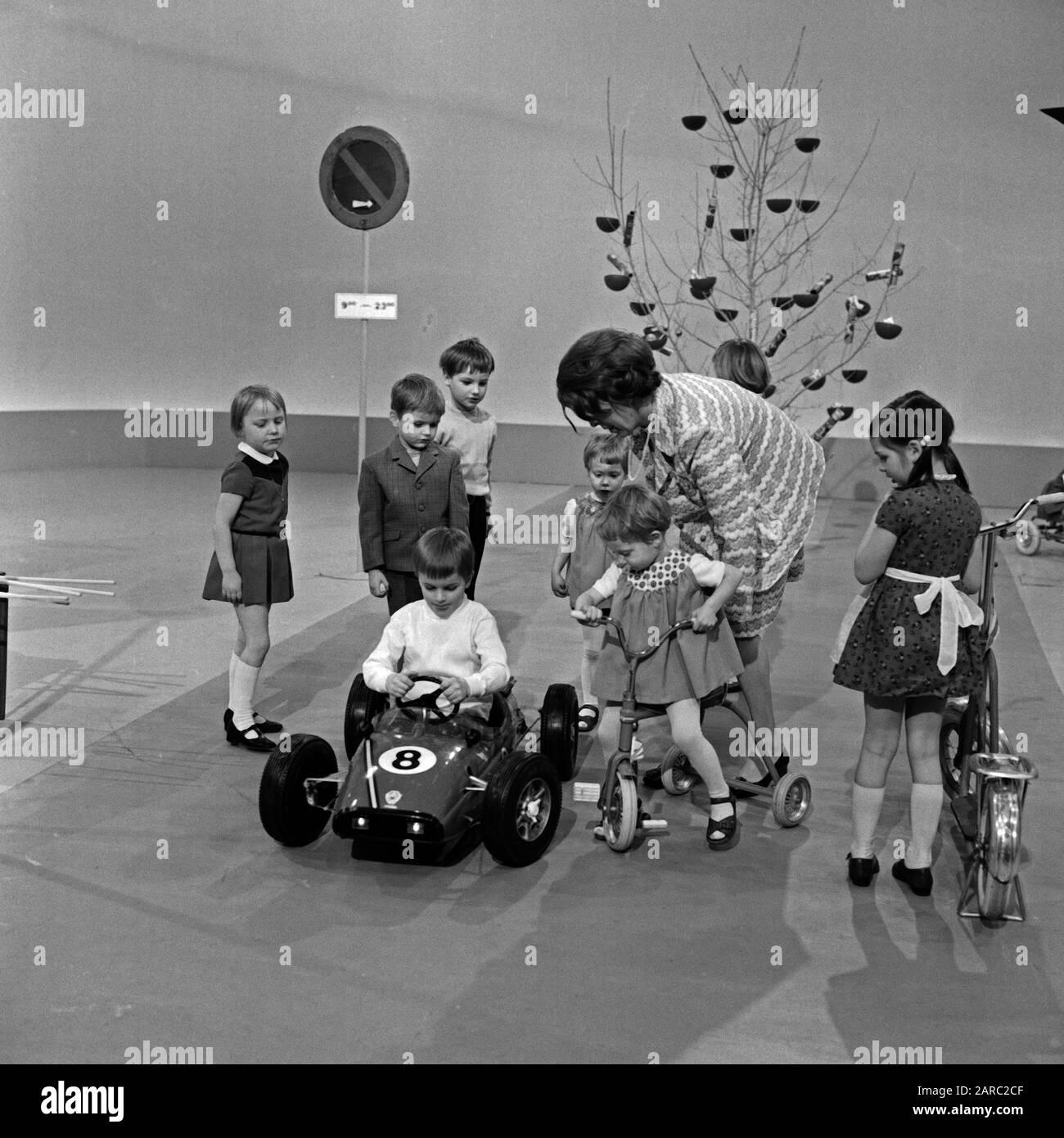 Weißt Du, wie ?, Kindersendung, Deutschland 1971, Moderation: Barbara Schönfeldt Stock Photo