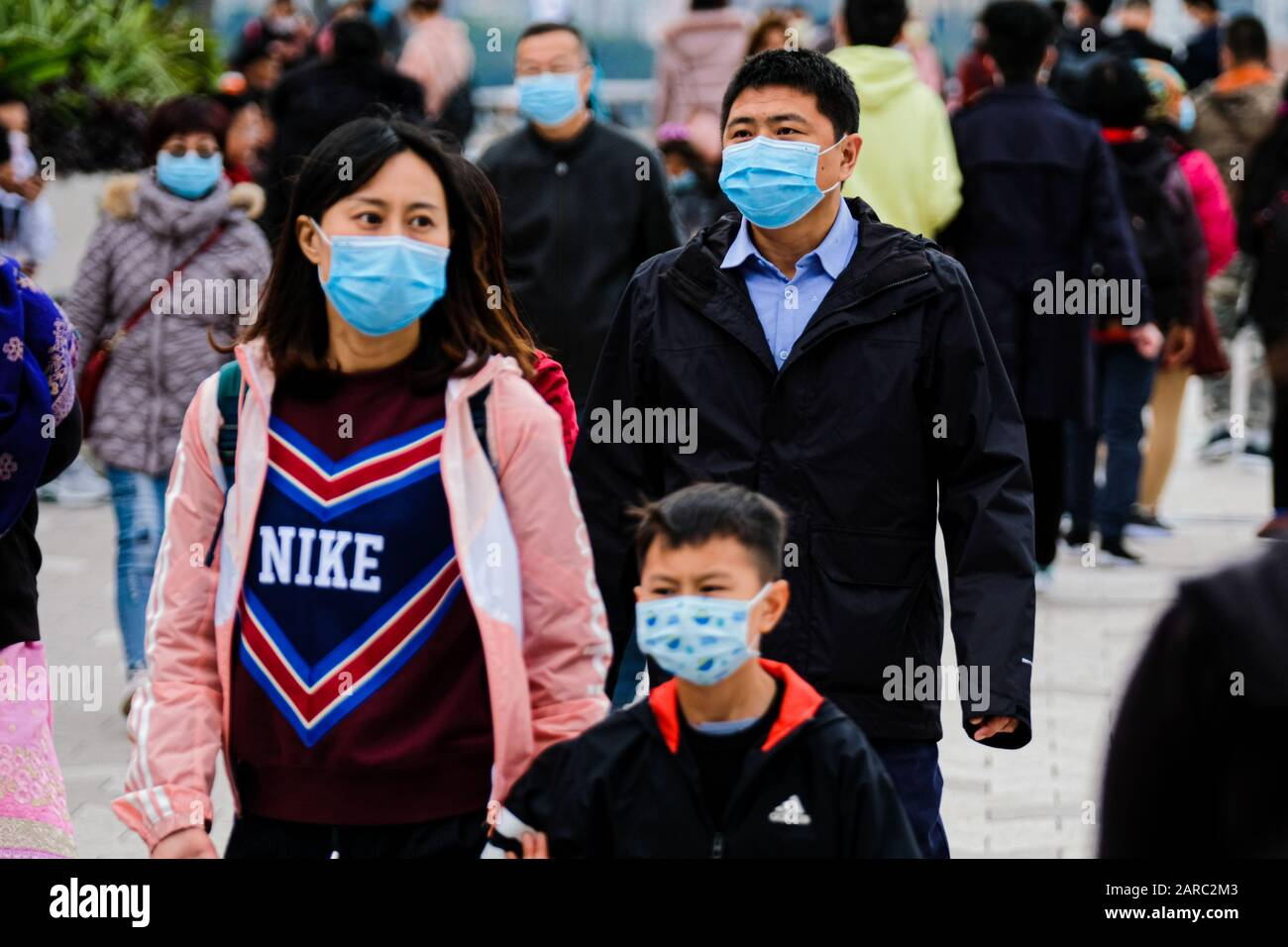 Hong Kong, China. 27th Jan, 2020. Tourists wear surgical mask by Victoria Harbour in Hong Kong. Hong Kong has detected eight Coronavirus cases so far. The number of people killed in China by the coronavirus has risen to 81, with almost 3,000 confirmed ill. According to the World Health Organization and national authorities, there have been at least 44 confirmed cases outside China. Credit: Keith Tsuji/ZUMA Wire/Alamy Live News Stock Photo
