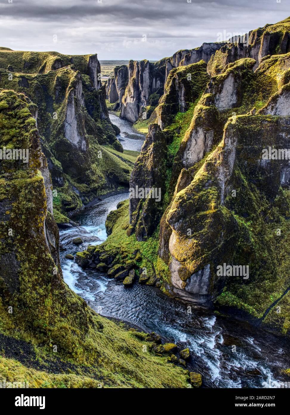 Ein Blick in die Schlucht Fjaðrárgljúfur in Island. Das Wasser gräbt sich weiter seinen Weg. Stock Photo