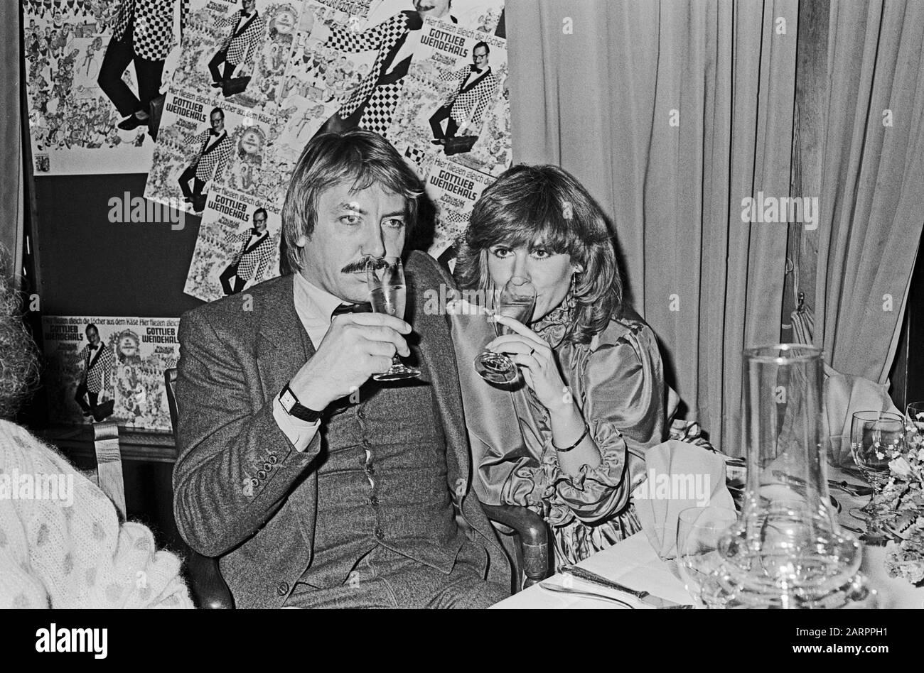 Werner Böhm, deutscher Schlagersänger und Musiker, nimmt einen Drink mit Ehefrau Mary Roos, Deutschland 1982. German schlager singer and musician Werner Boehm having a drink with his wife Mary Roos, Germany 1982. Stock Photo