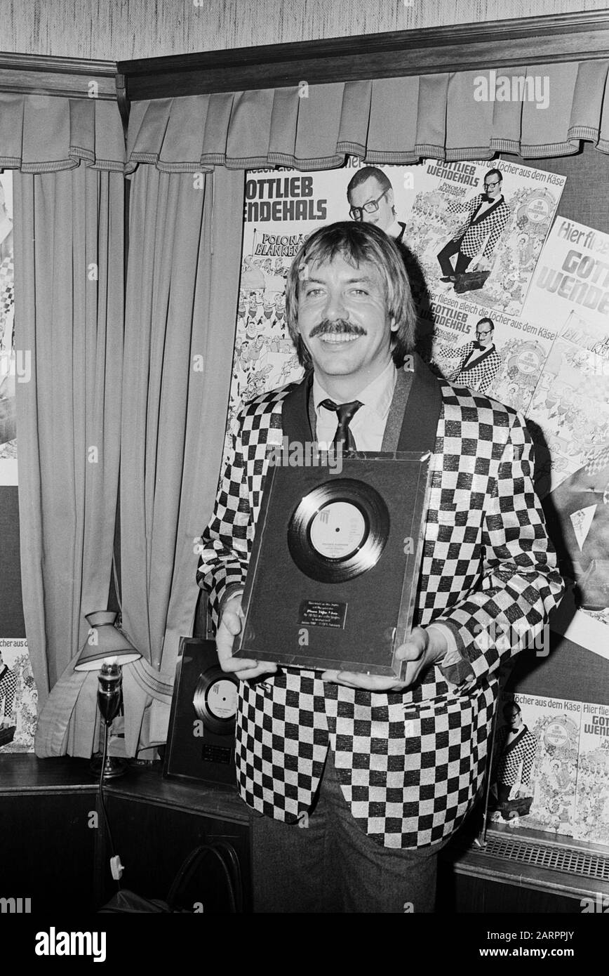 "Werner Böhm, deutscher Schlagersänger und Musiker, mit der Goldenen Schallplatte für seine Single ""Polonäse Blankenese"", Deutschland 1982. German Schlager singer and musician Werner Boehm with the gold selling single ""Polonaese Blankenese""; Germany 1982. Stock Photo"