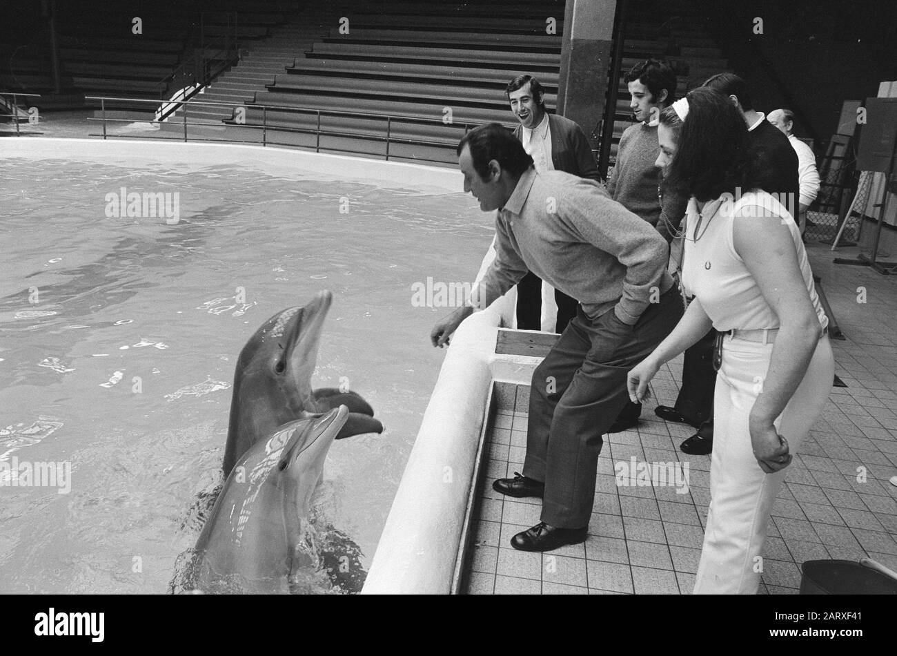 Team of Atletico Madrid at the Dolfinarium in Zandvoort  Trainer Domingo performs dolphins Date: 27 april 1971 Location: Noord-Holland, Zandvoort Keywords: dolphins, sports, trainers, football person name : Domingo, Marcel Stock Photo