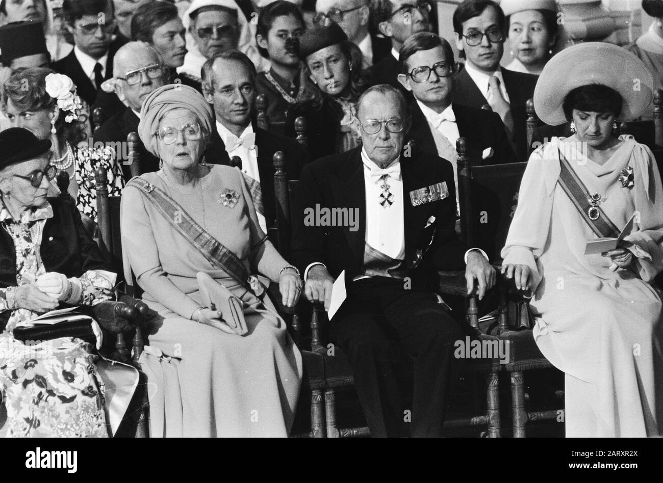 Throne change April 30, inauguration in New Church; in the foreground Mrs. van Amsberg, inses Juliana, Prince Bernhard and Princess Margriet Date: April 30, 1980 Keywords: inaugurations Personal name: Bernhard, prince, Juliana, princess, Margriet, princess Stock Photo