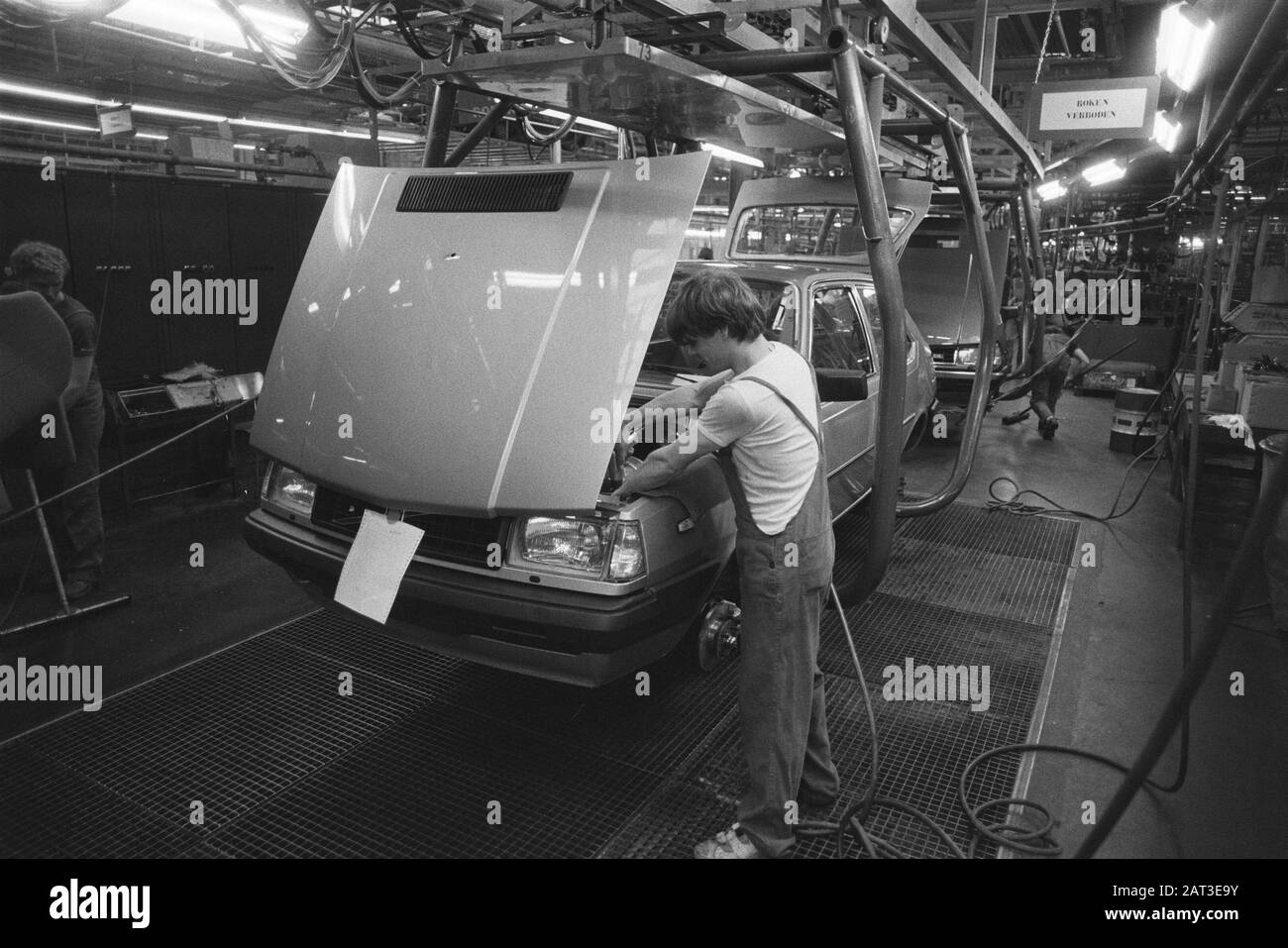 #pha.018725 Photo VOLVO 340 1983 FACTORY ASSEMBLY LINE Car Auto