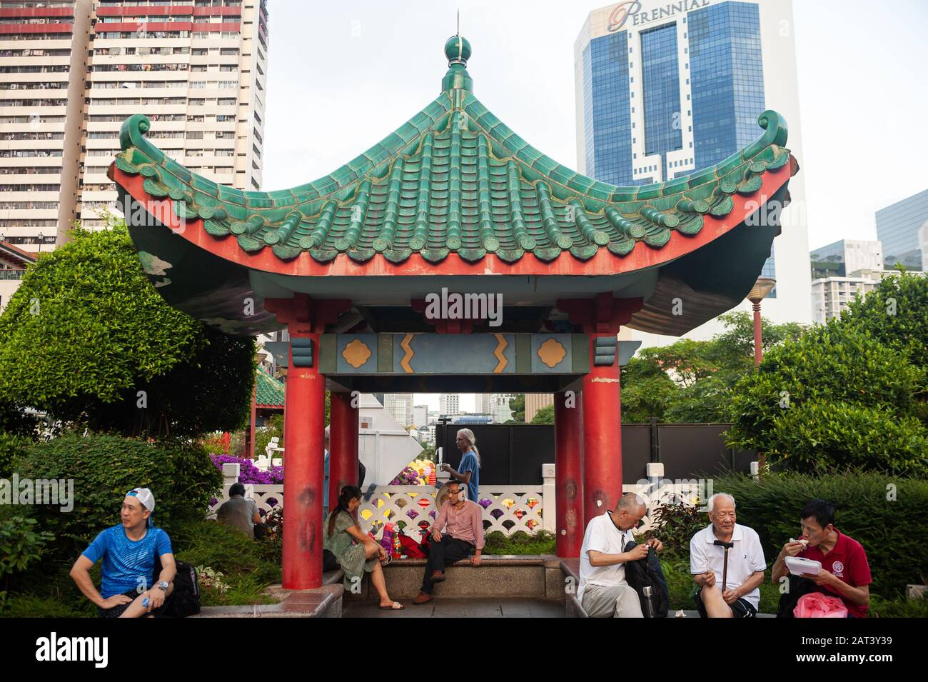 23.01.2020, Singapore, Republic of Singapore, Asia - People sit under a roof in the shape of a pagoda in a small public park in Chinatown. Stock Photo