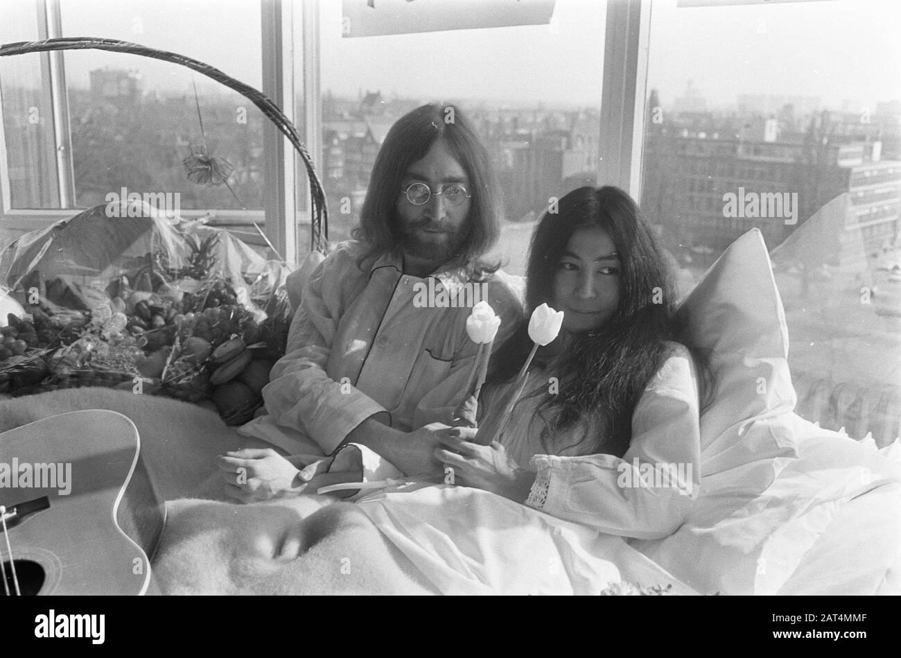 Fiori Yoko Ono.Yoko Ono John Lennon Bed Stock Photos Yoko Ono John Lennon Bed