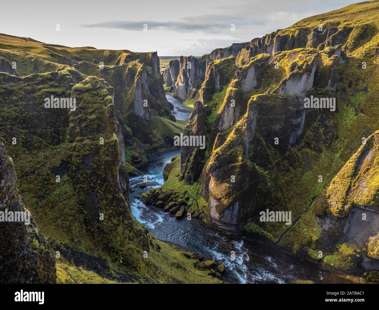 Ein Blick in die Schlucht Fjaðrárgljúfur in Island. Ein traumhafter Moment zum Sonnenuntergang. Durch die langen Schatten wirkt es noch imposanter. Stock Photo
