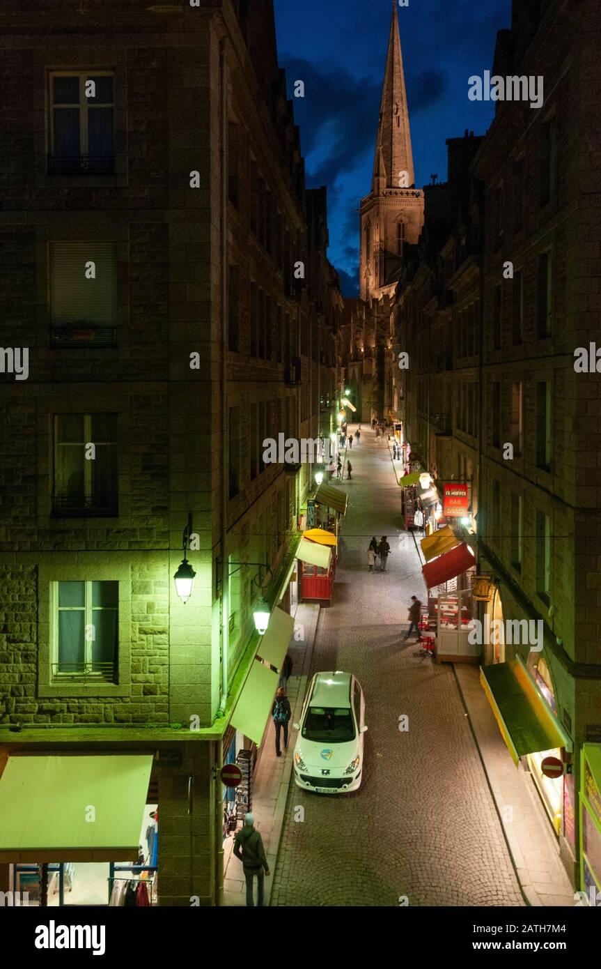 France. Saint Malo. Vue de nuit d'une rue de la vieille ville de Saint malo. Night view of a street in the old town of Saint Malo. Stock Photo
