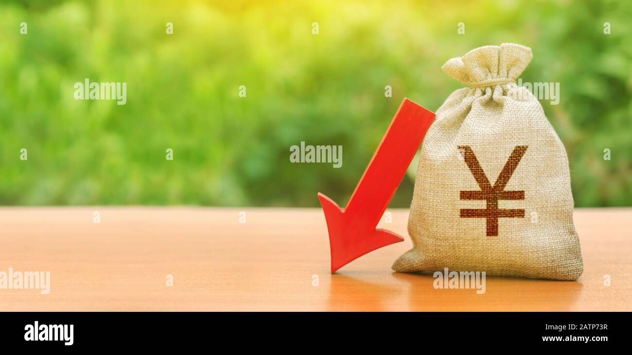 Yen yuan money bag and red arrow down. Economic decline difficulties. Depreciation of national currency, inflation, investment attractiveness. Deposit Stock Photo