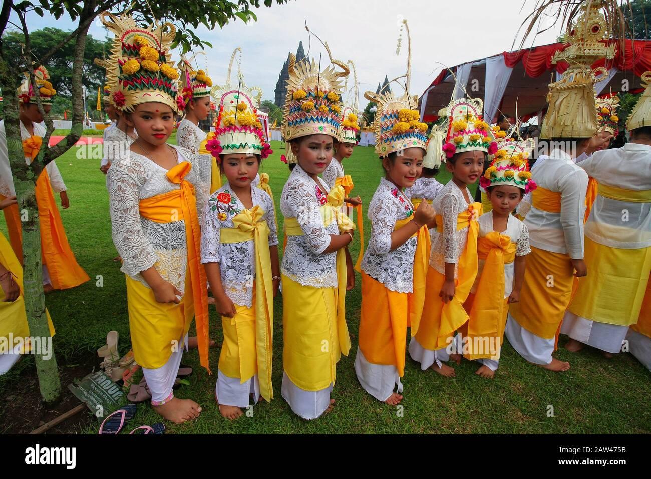 Indonesian Hindus Girls Prepare Before Perform Rejang Dancing