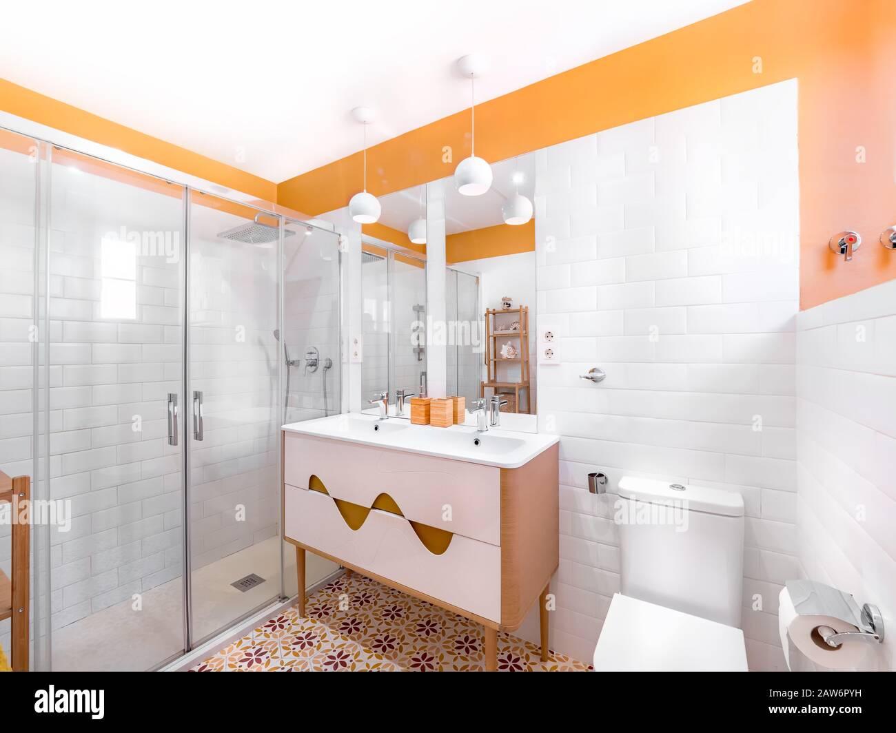 Frise Salle De Bain Horizontale Ou Verticale 1970s bathroom stock photos & 1970s bathroom stock images