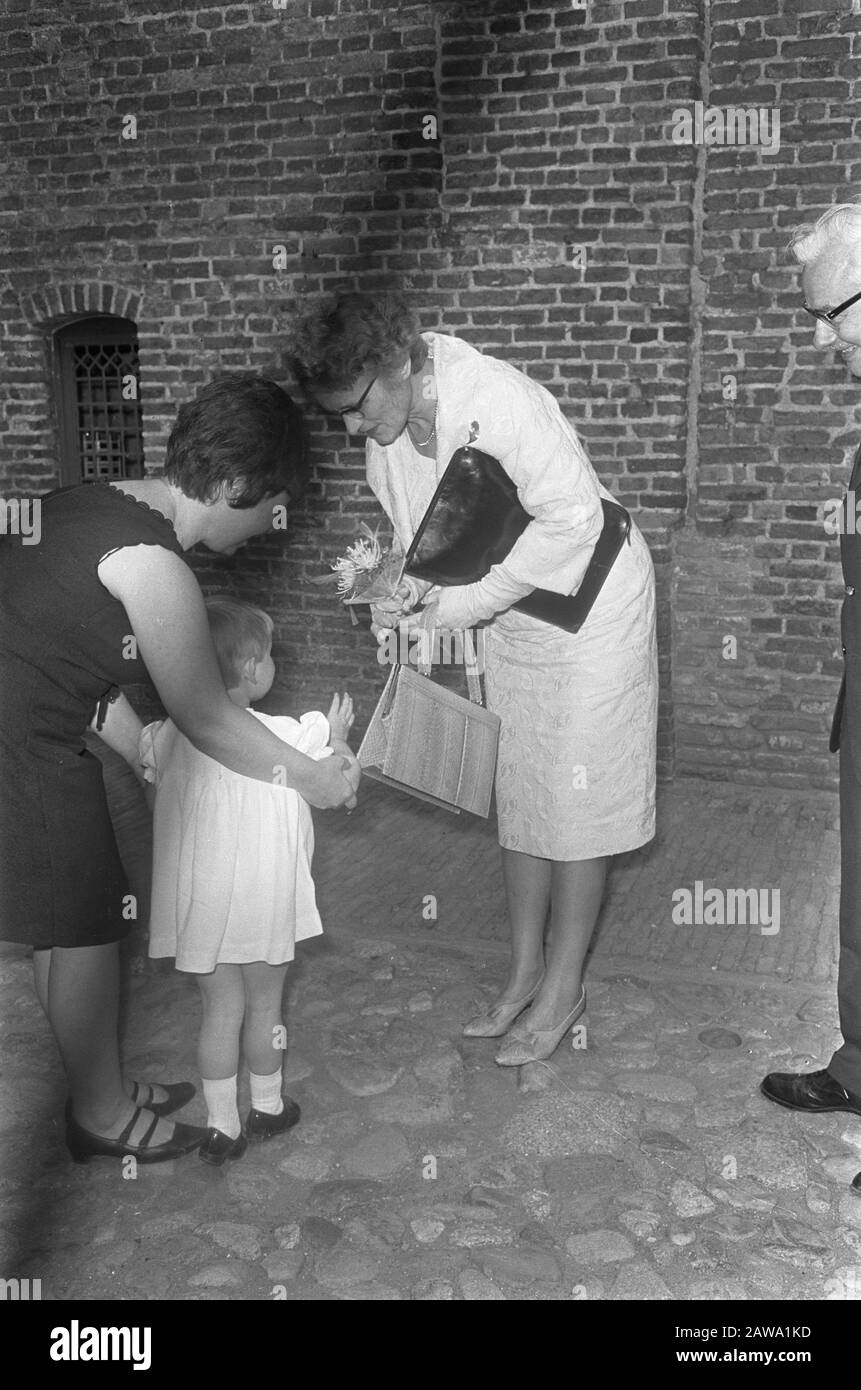 P C Hooft Prize For Anton Of Dunkirk Minister Klompe Offered Flowers Date July 4 1967 Location Muiden Noord Holland Keywords Flowers Ministers Person Name Klompe M A M Institution Name P C Hooftprijs Stock Photo Alamy