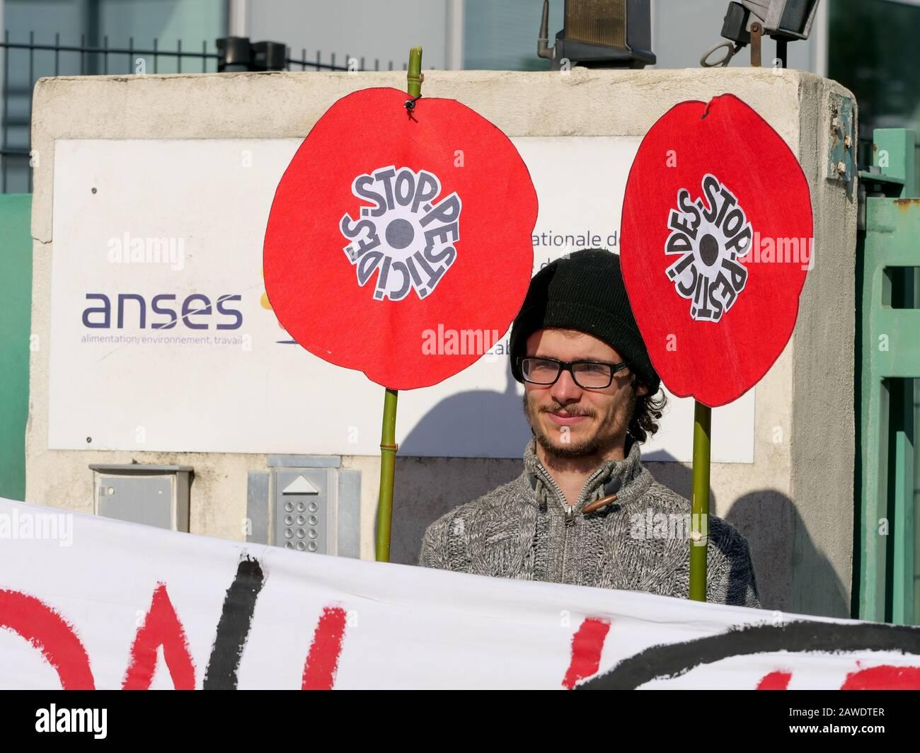"""""""Nous Voulons des  Coquelicots"""" activists protest against protest againts the use of SDHI pesticides, Lyon Gerland, France) Stock Photo"""