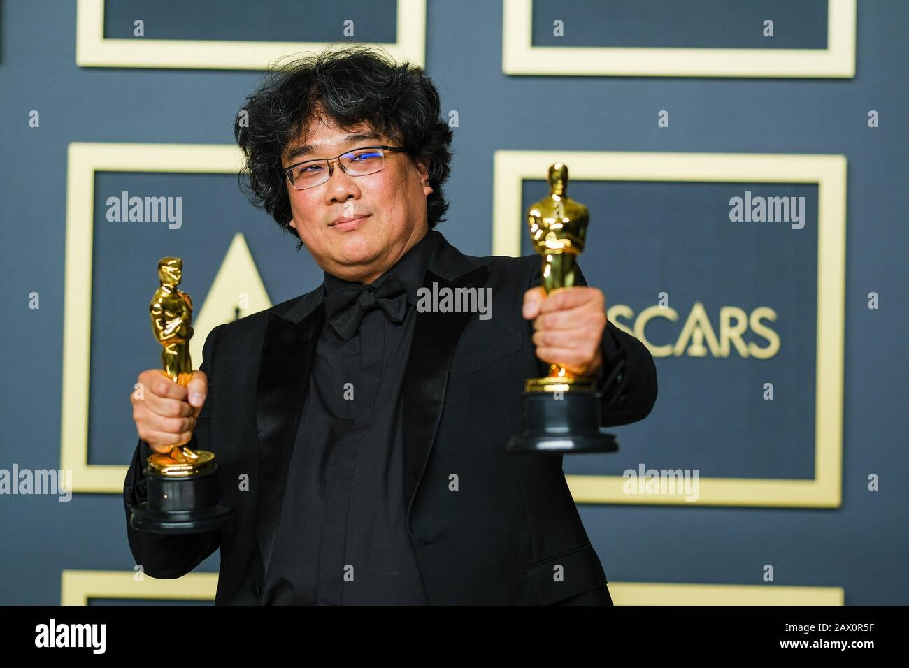 Hollywood, California, USA. 9th Feb, 2020. Dolby Theatre at the Hollywood & Highland Center, Hollywood, UK. 9th Feb, 2020. Bong Joon Ho poses with the Oscar for Best Picture in the film Parasite during the the 92nd Academy Awards, 2020 . Picture by Credit: Julie Edwards/Alamy Live News Stock Photo