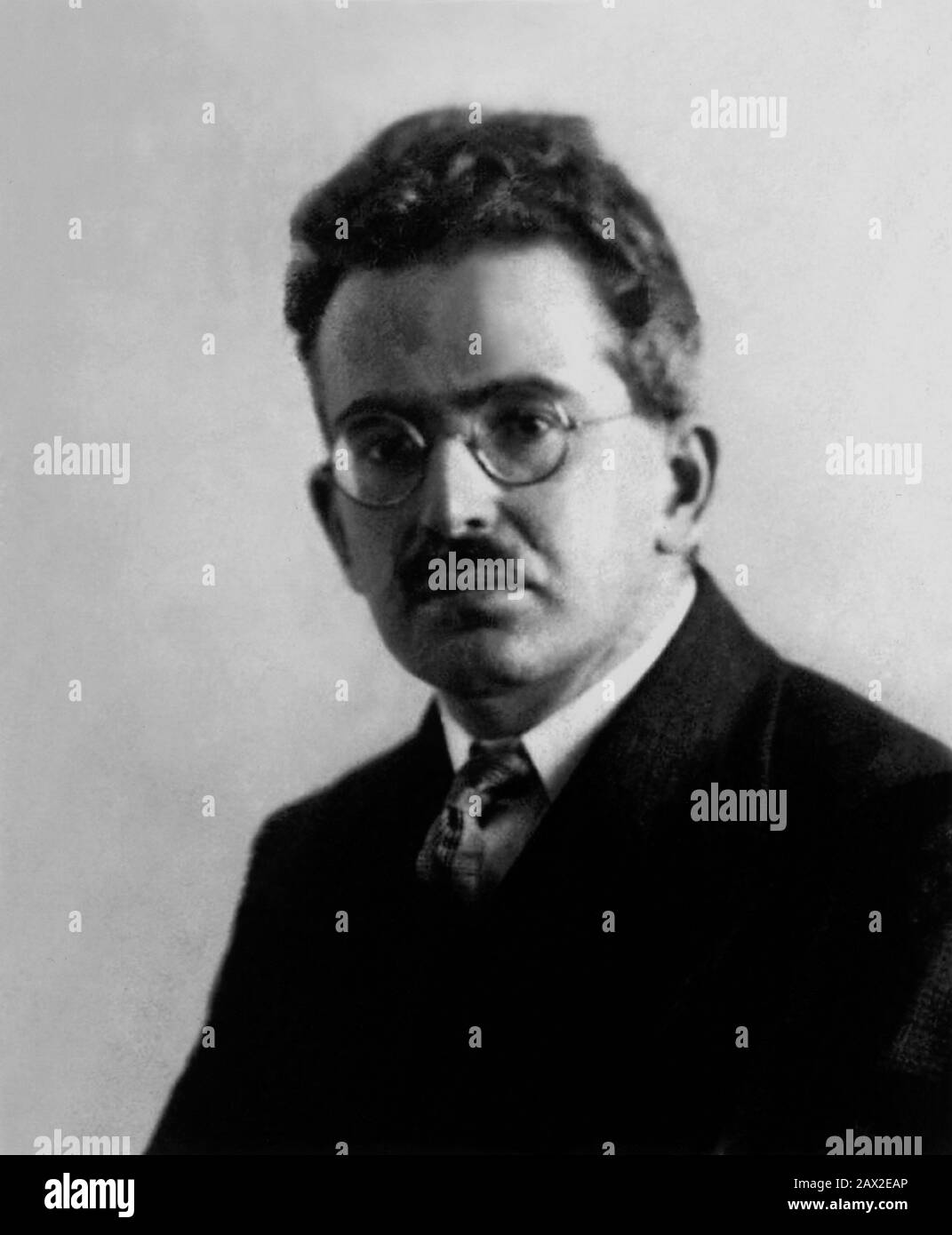 1930 ca , GERMANY : The most celebrated german Jewish writer ,  literary critic ,  sociologist , translator , radio broadcaster and philosopher WALTER BENJAMIN ( 1892 - 1940 ).  His work, combining elements of German idealism or Romanticism, Historical Materialism and Jewish mysticism, has made enduring and influential contributions to aesthetic theory and Western Marxism  and has sometimes been associated with the Frankfurt School of critical theory.  - FILOSOFO - FILOSOFIA - PHILOSOPHY - baffi - moustache  - lens - occhiali da vista - SCRITTORE - LETTERATURA - LITERATURE -  EBREO - ebraismo Stock Photo