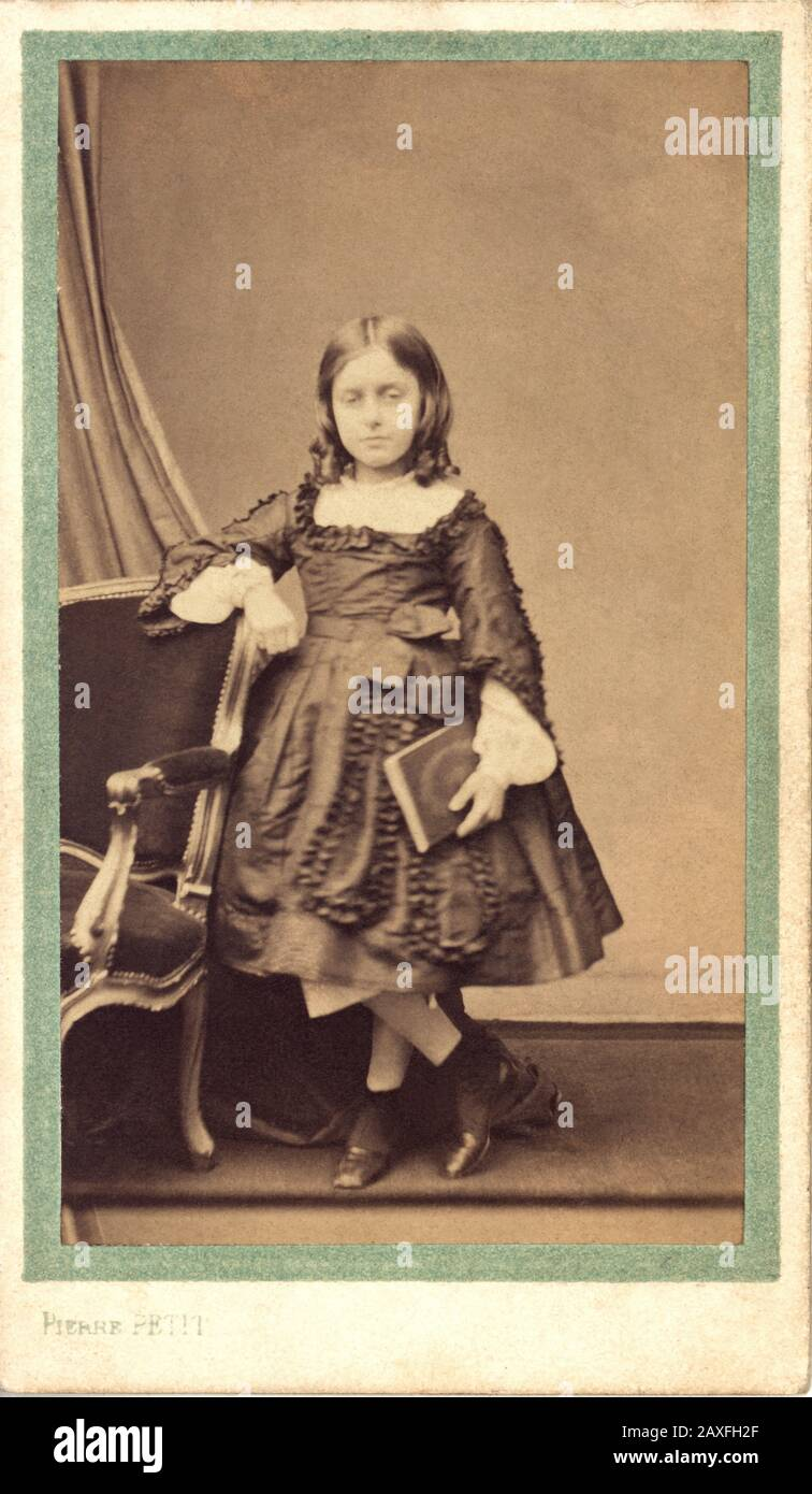 1855 ca, FRANCE :  The french FANNY BEAMISH ( Nini ), later married in 1872 with Count Auguste de Robaulx BEAURIEUX . Photo by Pierre Petit , Paris . Fanny Beamish was the only one daughter of irish naturalized french nobleman George Robert Delacour Beamish ( 1817 - 1881 ) and a noblewoman of  Halesworth family .  - FRANCIA - NOBILITY - NOBILI - NOBILTA' FRANCESE -  FOTO STORICHE - HISTORY PHOTOS -  CONTESSA - CONTE - SECONDO IMPERO - SECOND EMPIRE - BAMBINA - BAMBINO - BAMBINI - CHILD - CHILDREN  - FASHION -MODA - OTTOCENTO - XIX CENTURY - libro - book - reader - lettore - lettrice - scarpe - Stock Photo