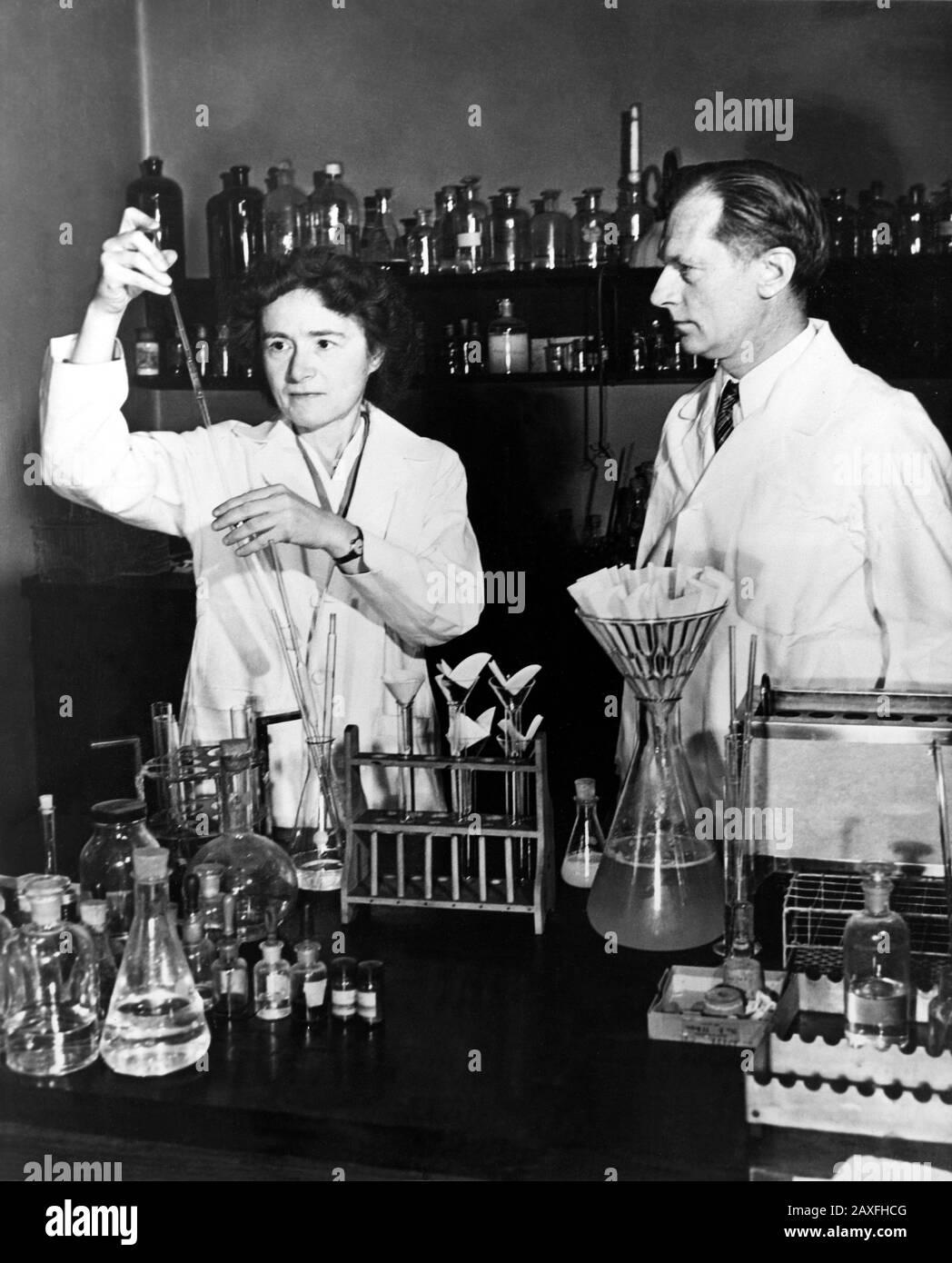 1947  , USA : Biochemist Gerty Theresa Radnitz Cori  ( 1896 - 1957 ) and her husband Carl Ferdinand Cori  ( 1896  -1984 ) were jointly awarded the Nobel Prize in medicine in 1947 for their work on how the human body metabolizes sugar.  - HISTORY  - foto storiche - foto storica  - scienziato - scientist  - portrait - ritratto    -  MEDICO - MEDICINA - medicine  - SCIENZA - SCIENCE  - CHIMICA - CHEMIST  - tie - cravatta - collar - colletto - profilo - profile - marito e moglie   © Archivio GBB / Stock Photo